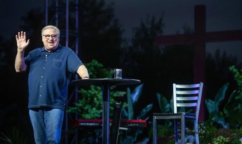 Pastor Rick Warren fala durante um culto de Páscoa ao ar livre, na Igreja Saddleback, em 1º de abril de 2021. (Foto: Jeff Antenore)