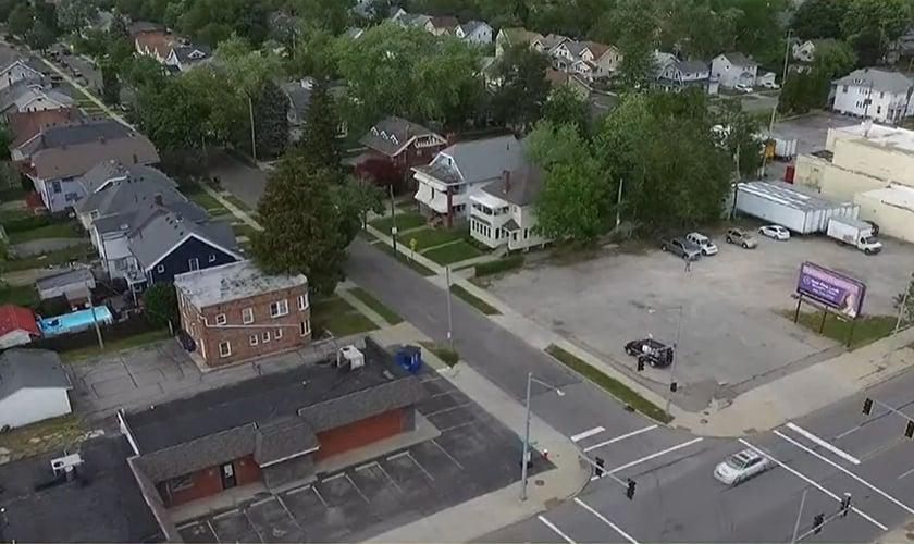 Vista aérea do estacionamento que fica em frente à clínica de aborto Capital Care Network, em Ohio, EUA. (Foto: 13 ABC Action News)