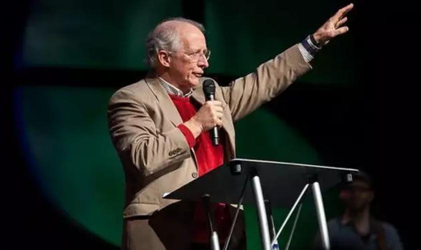 John Piper em discurso na Conferência da Cruz para as Nações, em dezembro de 2020. (Foto: Cruz para as Nações 2020)