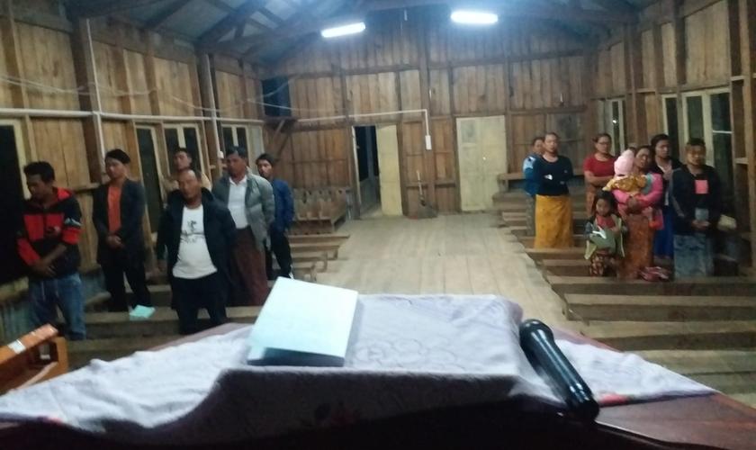 Cristãos durante culto em pequena vila de Mianmar. (Foto: Asaph / Arquivo pessoal)