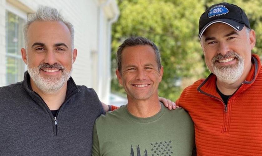 O ator Kirk Cameron entre os irmãos cineastas Alex e Stephen Kendrick. (Foto: Reprodução/Instagram Alex Kendrick)