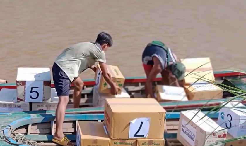 Uma equipe da Operation Blessing atravessou a fronteira entre a Tailândia e o Mianmar numa arriscada missão para ajudar um acampamento de refugiados. (Foto: Reprodução/CBN News).