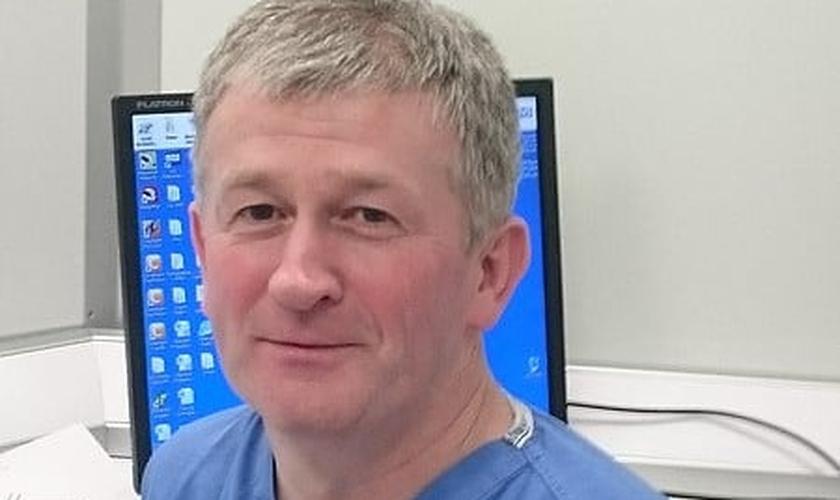 O médico cristão Dermot Kearney foi proibido de dar assitência médica  amulheres que se arrependem de aborto. (Foto: Fédération Internationale des Associations de Médecins Catholiques).