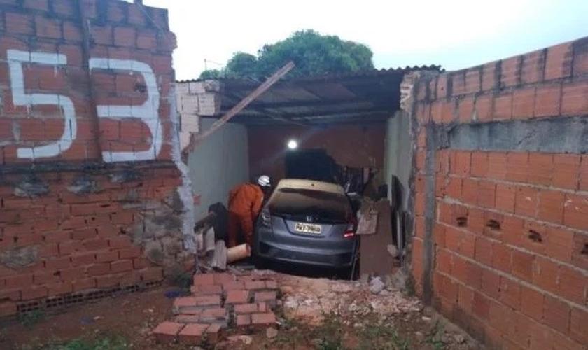 Carro invade a casa no Distrito Federal. (Foto: Reprodução / CBMDF)