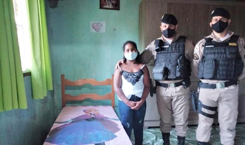 Policiais entregaram a cama para Micaely após a carta. (Foto: Polícia Militar/Divulgação)