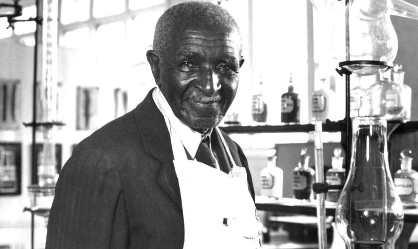 George Washington Carver no Instituto Tuskegee. (Foto: Reprodução / Britannica)