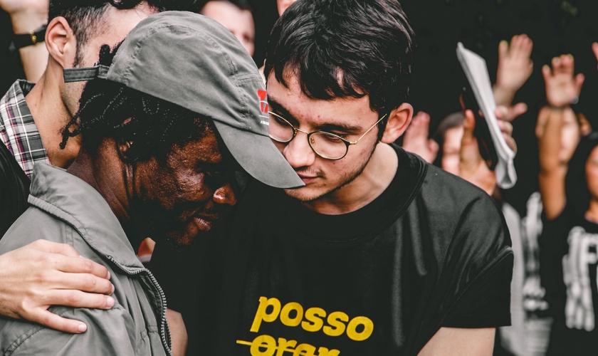 O Movimento Inconformados Rua evangeliza moradores de rua e doa cobertores e refeições toda a semana em Canoas (RS). (Foto: Inconformados Moviment).