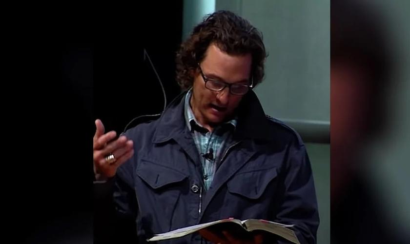 Matthew McConaughey durante leitura bíblica em sua igreja. (Foto: Reprodução / GodUp)