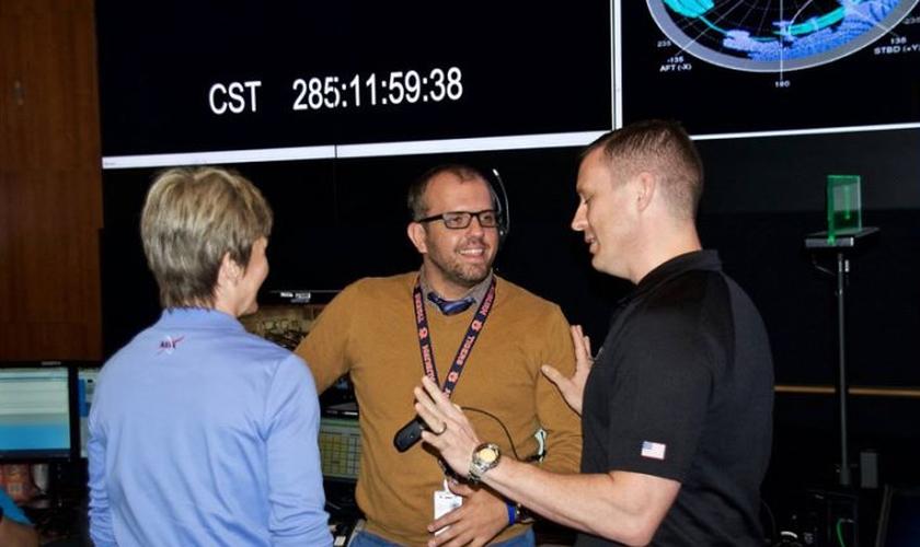 Johnny Berry (meio) conversa com a astronauta norte-americana Peggy A. Whitson (esquerda) e o coronel Jack D. Fischer. (Foto: AG News)