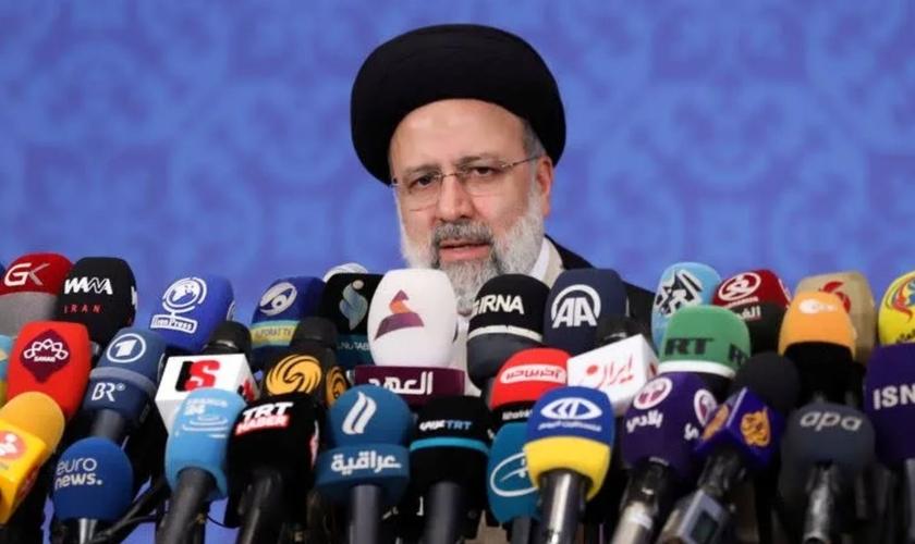 Presidente eleito do Irã, Ebrahim Raisi, durante entrevista coletiva em Teerã, 21 de junho de 2021. (Foto: Majid Asgaripour/West Asia News Agency/via Reuters)