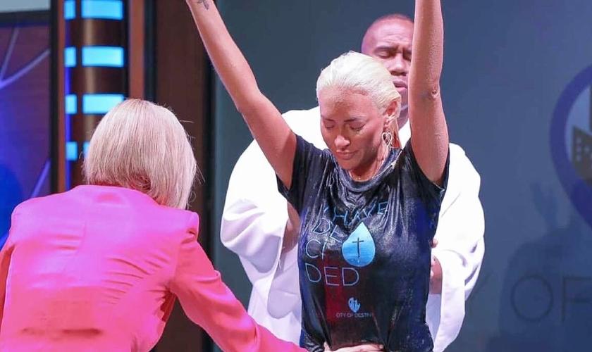 Kaya Jones foi batizada pela pastora Paula White na Flórida, em 23 de maio de 2021. (Foto: Derek Marc)