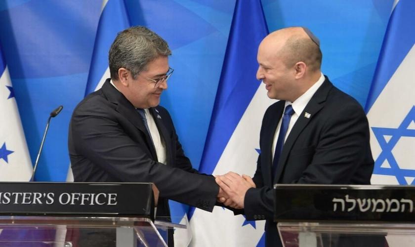 O primeiro-ministro Naftali Bennett e o presidente de Honduras, Juan Orlando Hernández, em Jerusalém. (Foto: Amos Ben Gershom/GPO)
