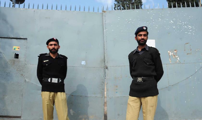 Policiais montam guarda do lado de fora de um presídio em Rawalpindi, no Paquistão. (Foto: AFP/Farooq Naeem)