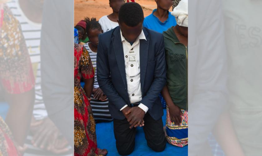 Michael se rende a Jesus após oração de pastor. (Foto: Reprodução / God Reports)