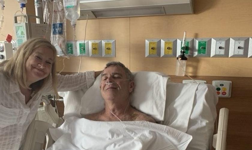 Mike e sua esposa no hospital, durante a recuperação dele após afogamento no México. (Foto: Reprodução / GOD TV)