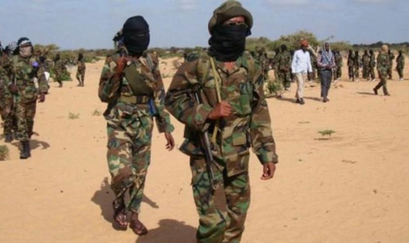 O Al-Shabaab promove a ideologia anticristã e realiza diversos ataques contra os seguidores de Cristo. Foto: AFP)