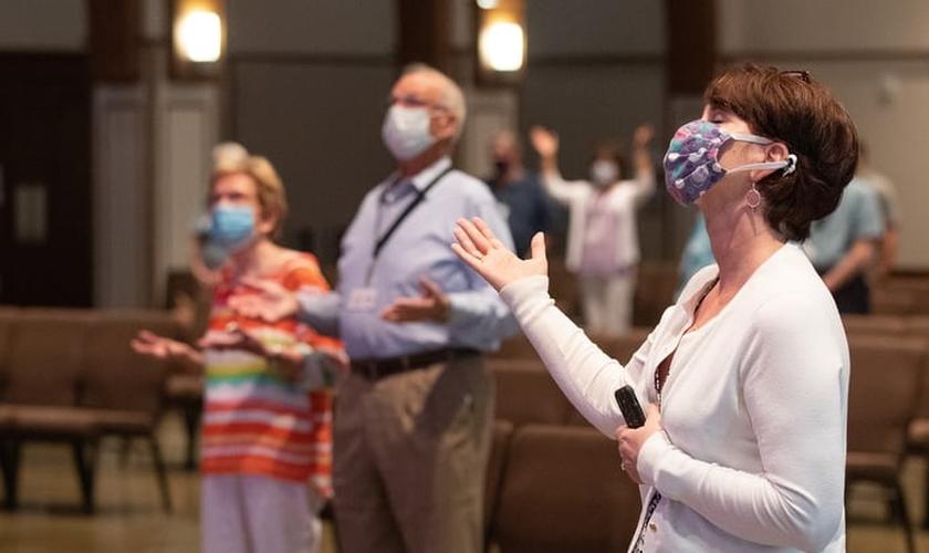 Cristãos louvam durante culto da Franklin First United Methodist Church. (Foto: Mike DuBose/UM News)