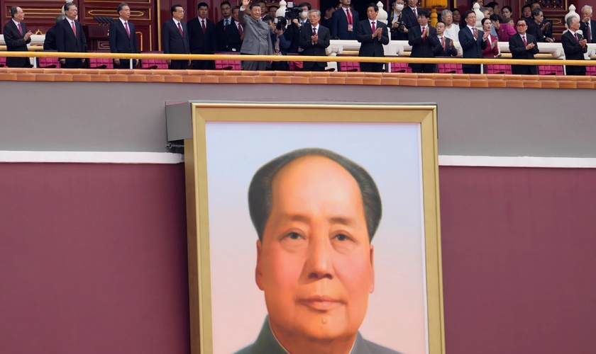 Xi Jinping, no centro, acena acima de um retrato de Mao Tse-tung durante as celebrações do centenário do PCC. (Foto: Ng Han Guan / Associated Press)