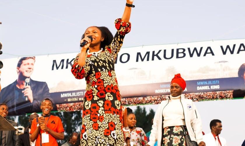 Roselyne Ayeola pregou em uma cruzada evangelística promovida pela Cristo para todas as Nações (CfaN) na África. (Foto: Reprodução/Facebook).