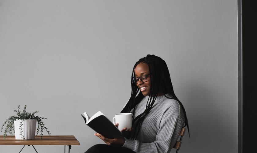 Ter o hábito de ler a Bíblia pode proporcionar descanso e esperança. (Foto: Alexandra Fuller/Unsplash).