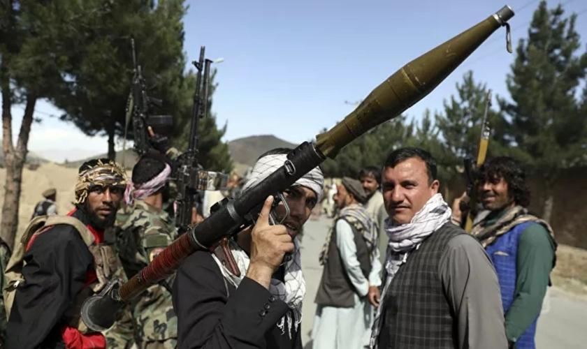 Milicianos afegãos durante uma reunião em Cabul, Afeganistão, em 23 de junho de 2021. (Foto: AP Photo Rahmat Gul)