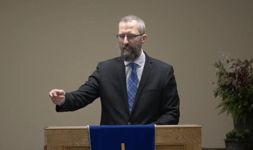 Pastor Tim Stephens pregando no início de 2021. (Foto: Fairview Baptist Church/YouTube)