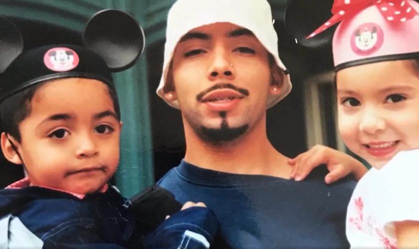 Jason Rangel teve sua paternidade restaurada por Deus e voltou a conviver com os filhos. (Foto: Reprodução/700 Club).