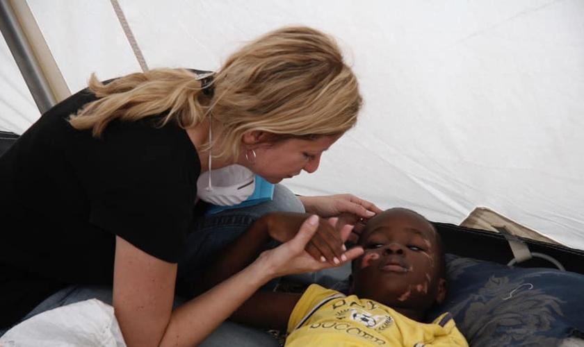 Missionária Danita Estrella Watts, fundadora da ONG cristã Danita's Children, que cuida de órfãos e crianças em extrema pobreza. (Foto: Reprodução/Facebook).