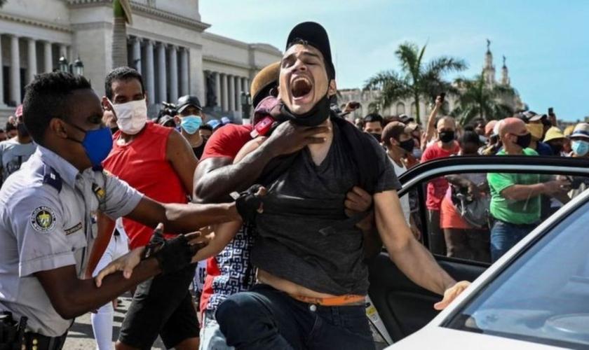 Protestos tomaram as ruas de Cuba em diversas cidades, neste domingo. (Foto: AFP)