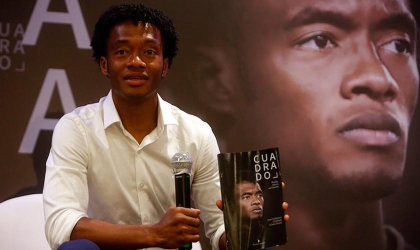 Juan Guillermo Cuadrado durante a apresentação de sua autobiografia. (Foto: Reprodução / Twitter)