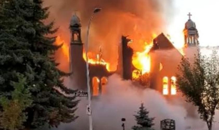 Igrejas queimadas no Canadá são investigadas como criminosas após serem achados túmulos de indígenas sem identificação. (Foto: Diane Burrel/Reuters)