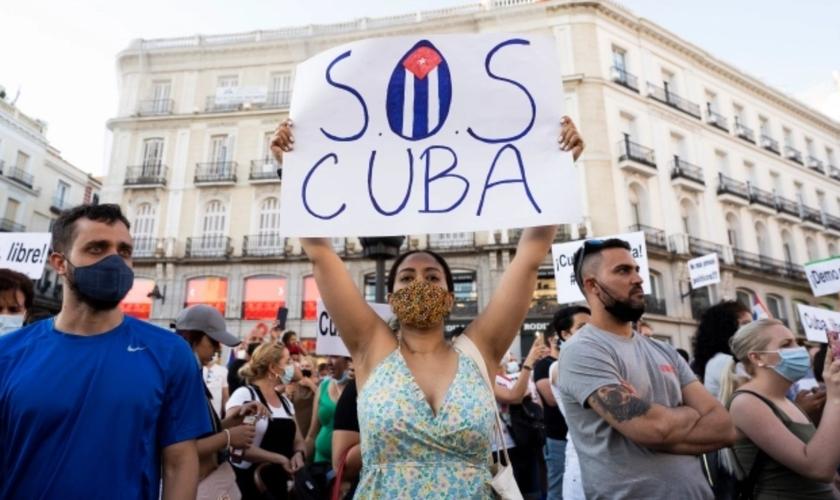 Manifestantes em frente à embaixada cubana na Espanha, apoiando o protesto dos cubanos, em 12 de julho de 2021. (Foto: Oscar Gonzalez/NurPhoto/Getty Images)