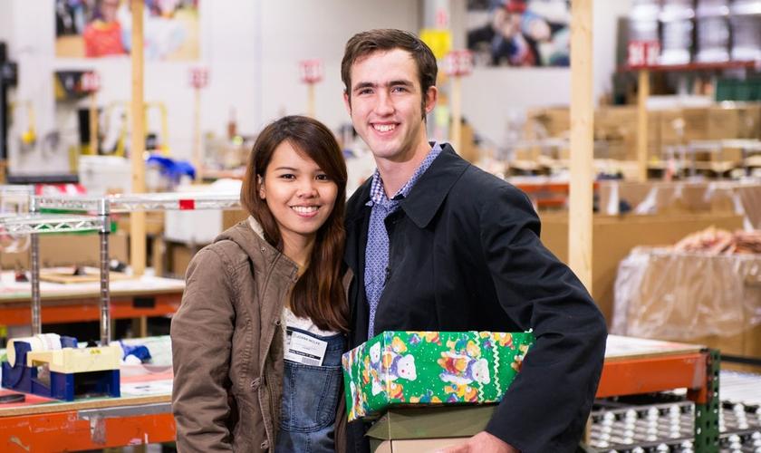 Tyrel Wolf e Joana Marchan se comprometeram a enviar caixas da Samaritan's em todos os natais, junto com uma carta contando sua história de amor. (Foto: Samaritan's Purse).