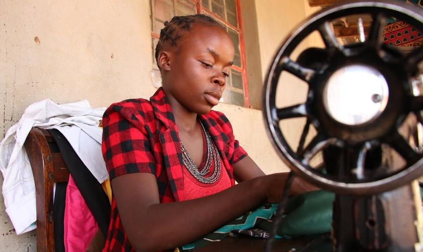 """Mwilla é uma das adolescentes resgatadas pela Visão Mundial. Ela aprendeu a costurar roupas numa das oficinas do projeto """"Ouse descobrir"""". (Foto: Visão Mundial Internacional)."""