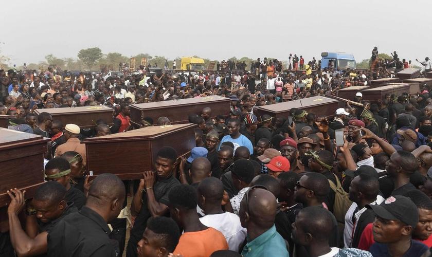 Funeral de vítimas de conflito entre pastores fulanis e fazendeiros, em Makurdi, 11 de janeiro de 2018, na Nigéria. (Foto: Pius Utomi Ekpei/AFP/Getty Images).