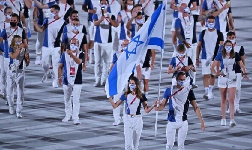 Os porta-bandeiras de Israel durante a cerimônia de abertura dos Jogos Olímpicos, em Tóquio, 23 de julho de 2021. (Foto: Ben Stansall/AFP)