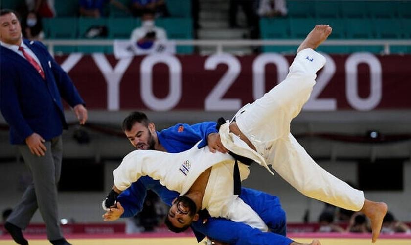 Arthur Margelidon, do Canadá, e Tohar Butbul, de Israel, competem durante a disputa de judô, nos Jogos Olímpicos de 2020, em Tóquio. (AP Photo/Vincent Thian).