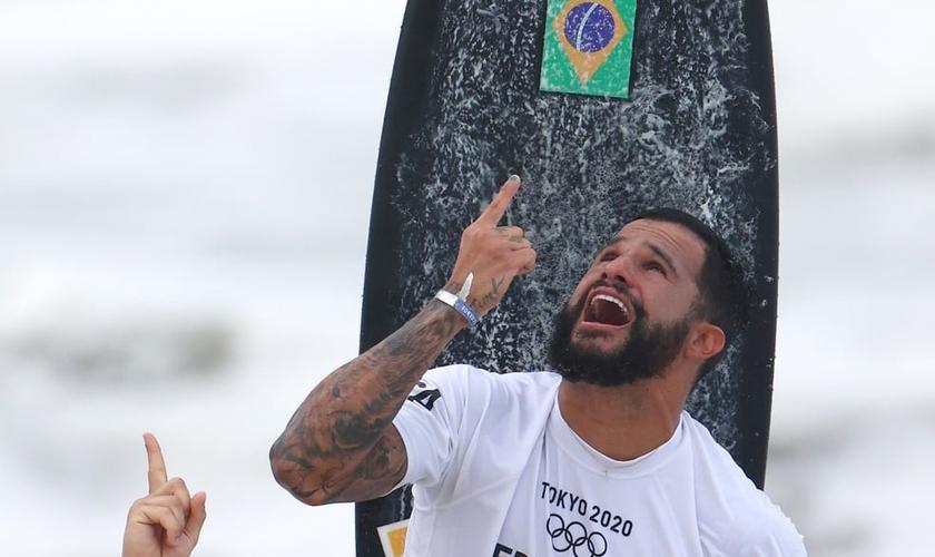 Italo Ferreira olha para o céu e agradece pelo ouro do surfe nas Olimpíadas de Tóquio. (Foto: Reuters/Lisi Niesner)