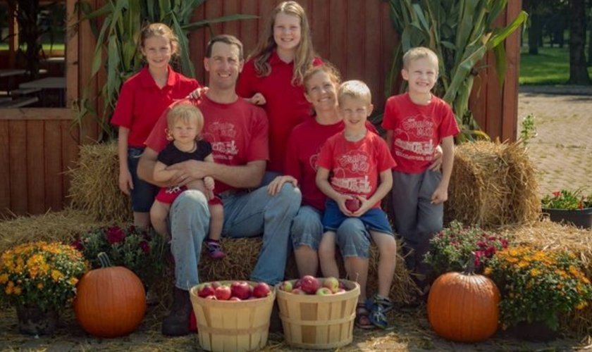 Casal Steve e Bridget Tennes e seus cinco filhos, na Country Mill Farms, onde produzem maçãs orgânicas. (Foto: Twitter/Alliance Defending Freedom)