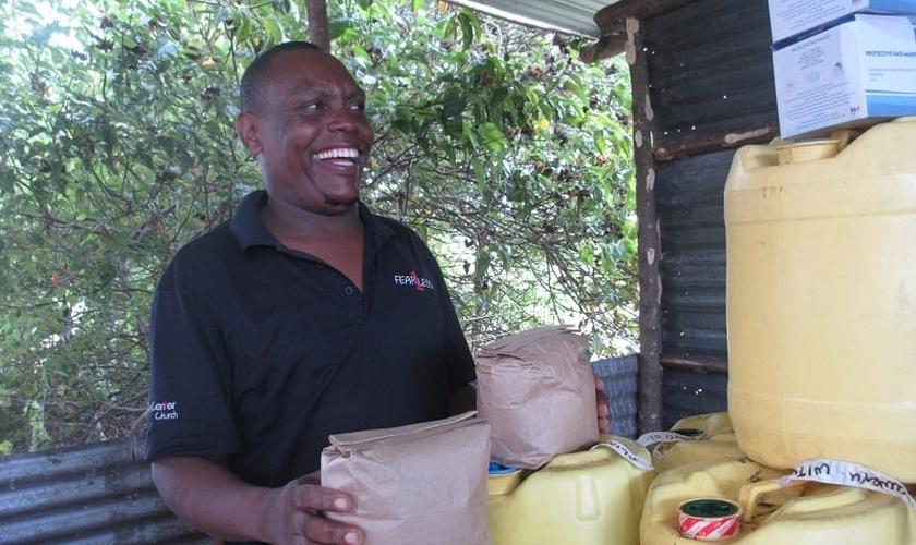 O pastor Antony recebeu uma ajuda em materiais para sua produção de sabão da International Christian Concern. (Foto: ICC).