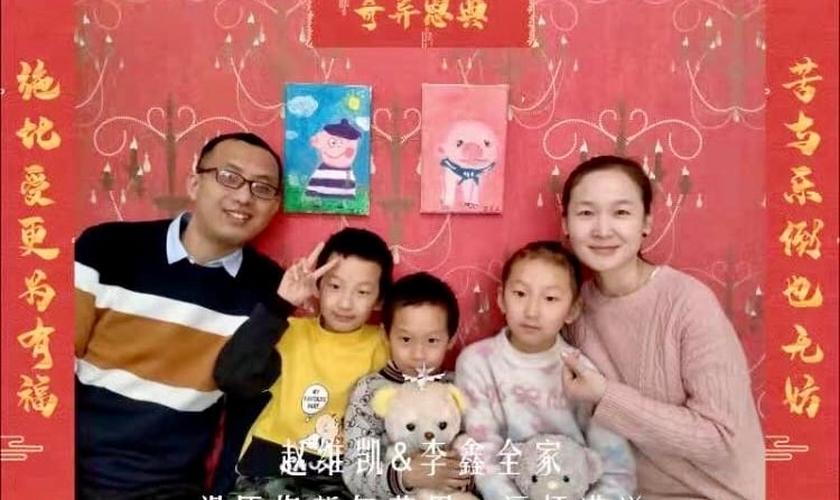 Zhao Weikai e família. (Reprodução).