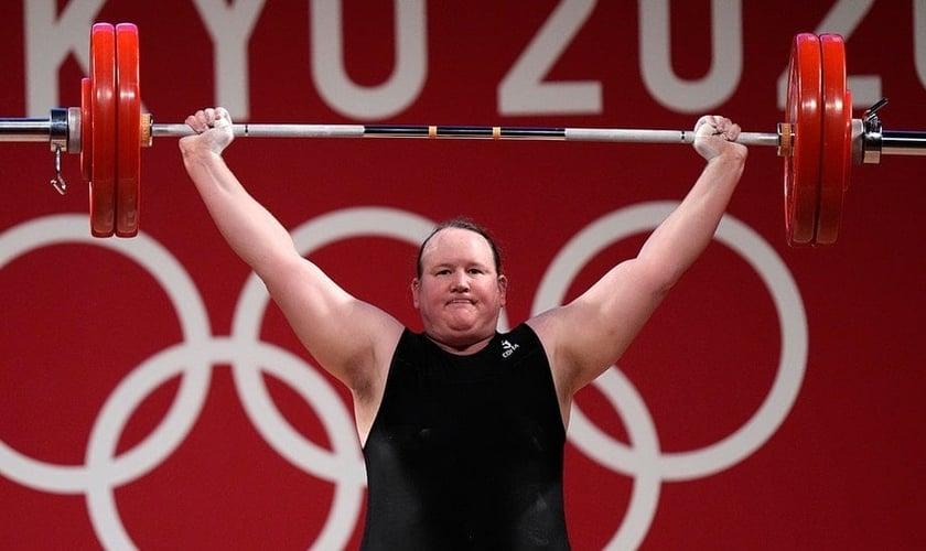 Laurel Hubbard, a primeira atleta trans a competir nas Olimpíadas. (Foto: Luca Bruno/AP)