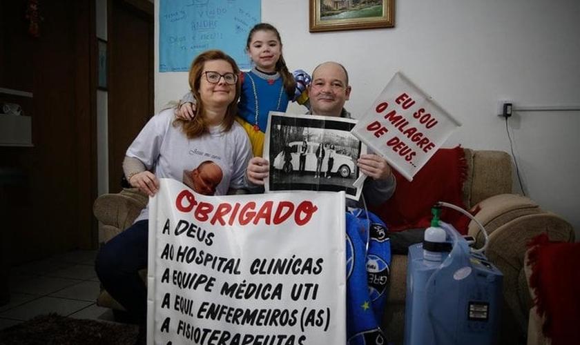 André com a família e as mensagens de agradecimento. (Foto: Mateus Bruxel/Agência RBS).