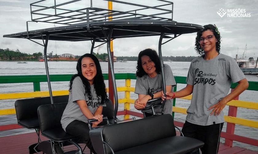 """A equipe do Radical Brasil Surdos com a """"bicitáxi"""", em Afuá (PA). (Foto: Reprodução/Facebook)."""
