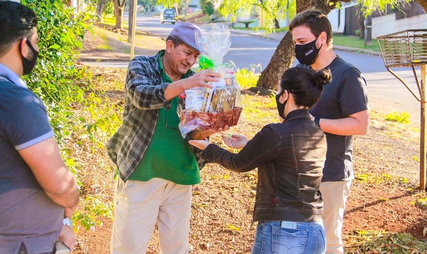 Ari recebe cesta de presentes de membros de igreja no Paraná. (Foto: Divulgação)