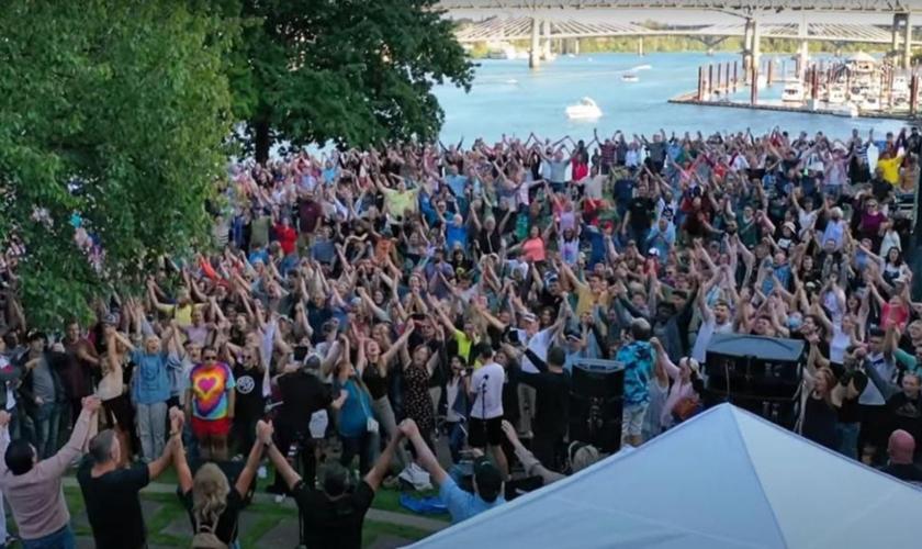 Cristãos se reúnem novamente no Tom McCall Waterfront Park, em Portland (Oregon), em resposta ao ataque do Antifa.  (Foto: Reprodução/YouTube/Sean Feucht)