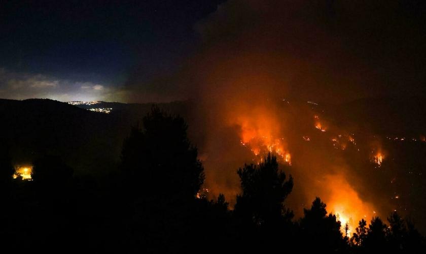 Um céu cheio de fumaça de um incêndio florestal nas montanhas de Jerusalém em 15 de agosto de 2021. (Foto: Ahmad Gharabli / AFP)