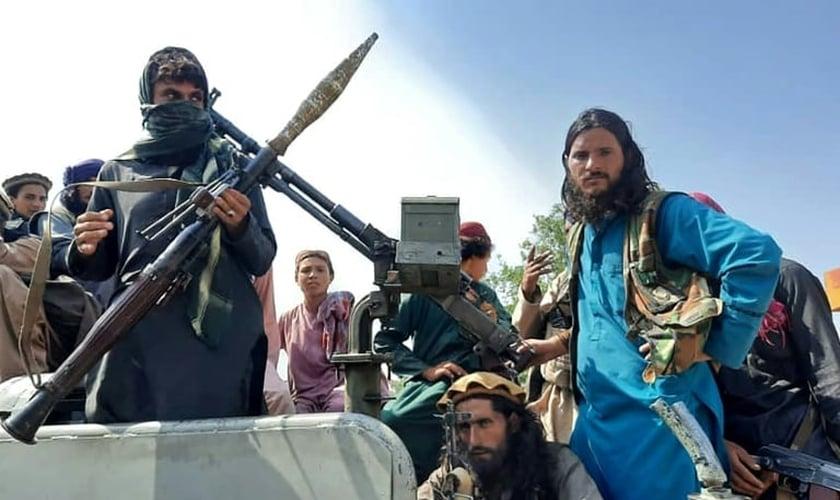 Combatentes talibãs em rua de Laghman, em 15 de agosto de 2021, no Afeganistão. (Foto: AFP).