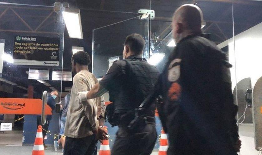 Homem foi contido por policiais e levado para a delegacia. (Foto: Lei Seca Maricá / Divulgação)
