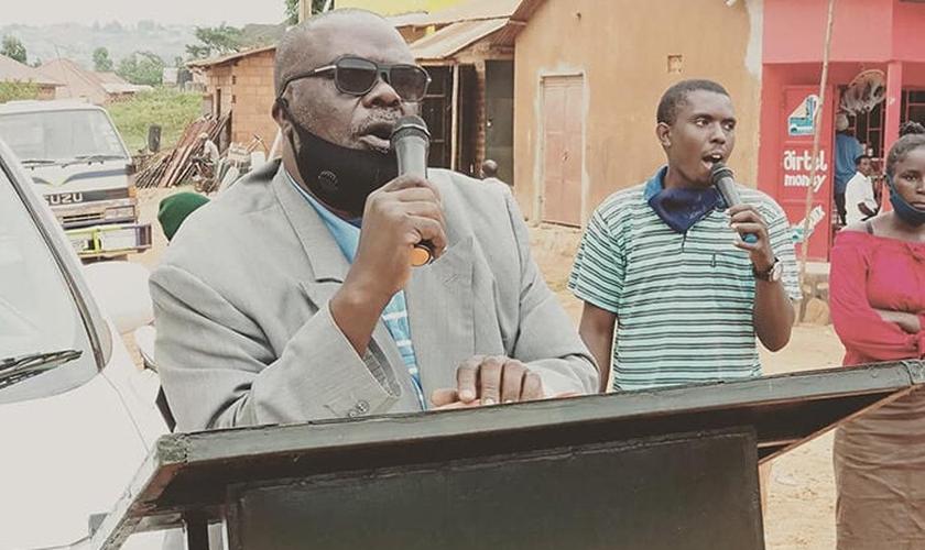 Pastor Kaloli Nsubuga prega nas ruas de Uganda. (Foto: Reprodução / UGCN)